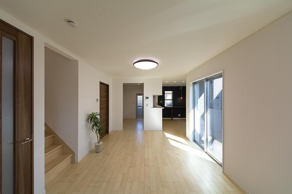 絹のきらめきと繊細な木肌のカーリー杢シカモアのフローリングが、穏やかで心地のよいリビング空間を演出。
