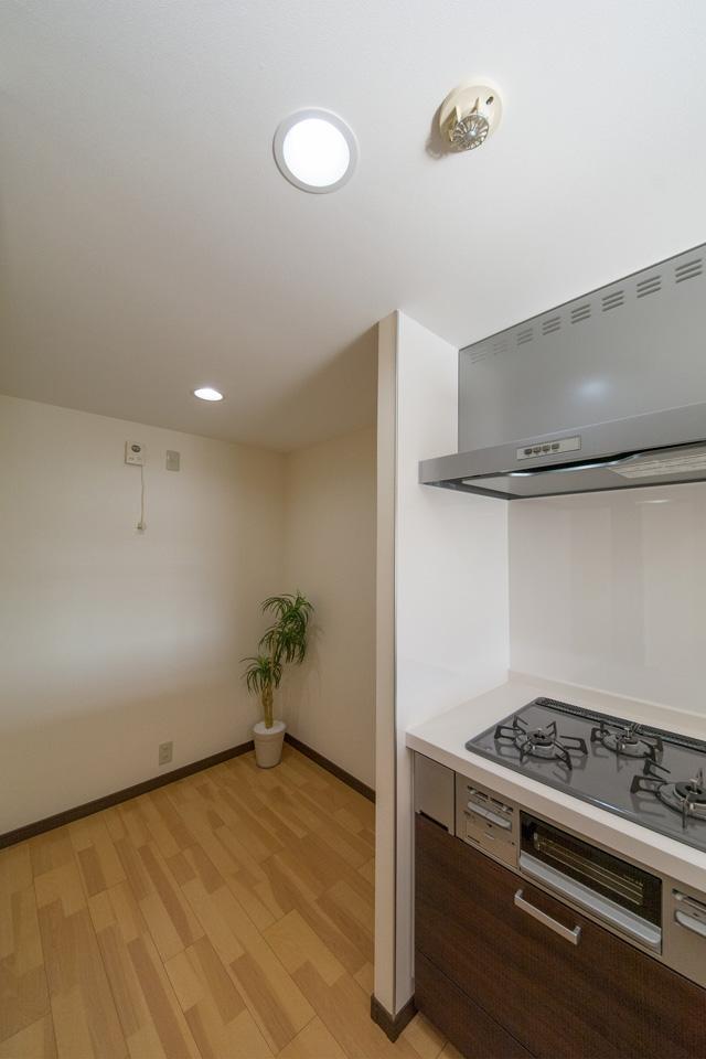 キッチンを移動してパントリーを設えました。