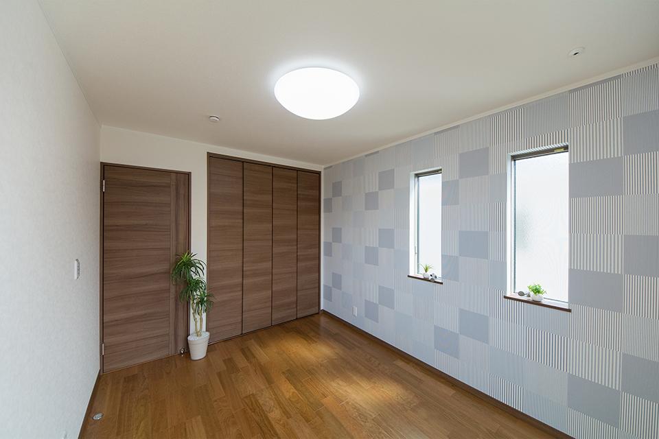 ライトブルーのモザイク柄アクセントクロスが、明るく爽やかな空間を演出。