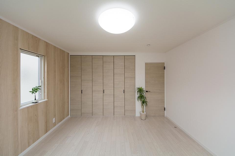 2階洋室。ホワイトアッシュのフローリングとチェスナット調の建具がナチュラルな空間を演出。