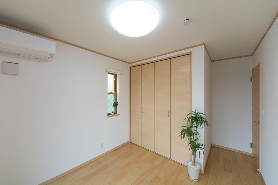 1階洋室―ハードメープルのフローリングが優しくナチュラルな空間を演出します。