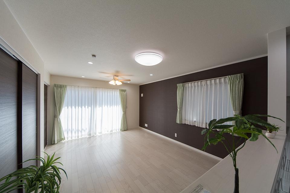 LDK―美しく繊細な木目のフローリング(ホワイトアッシュ)が窓から差し込む光を反射し、空間を優しく包み込みます。