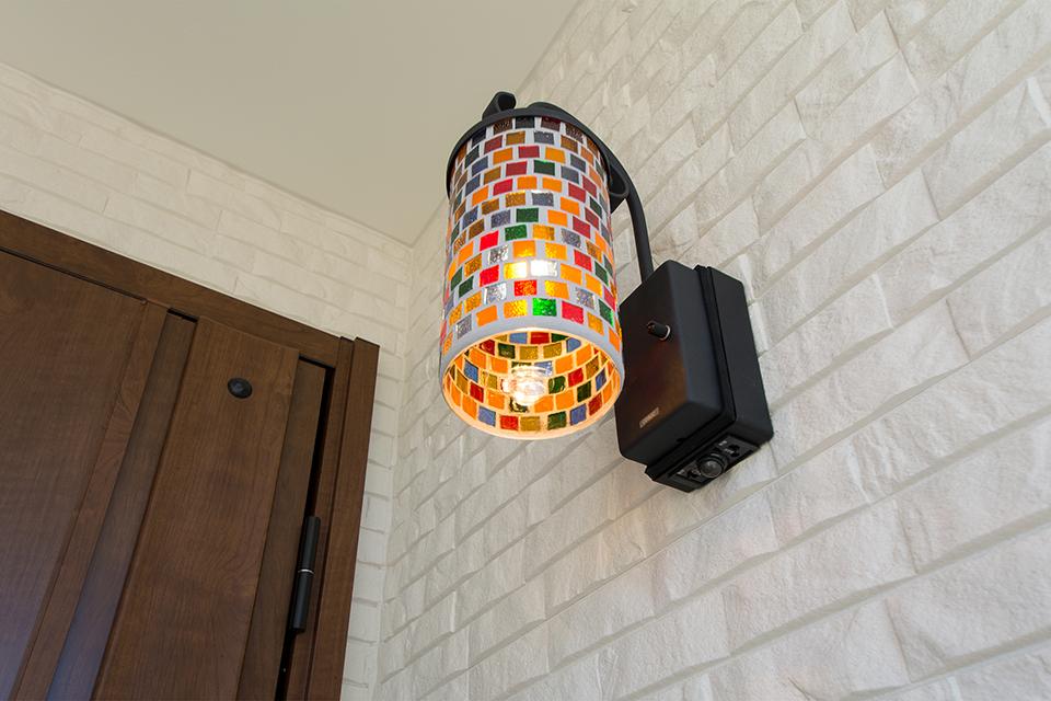 色鮮やかでやさしい灯りのモザイク柄ポーチライト。