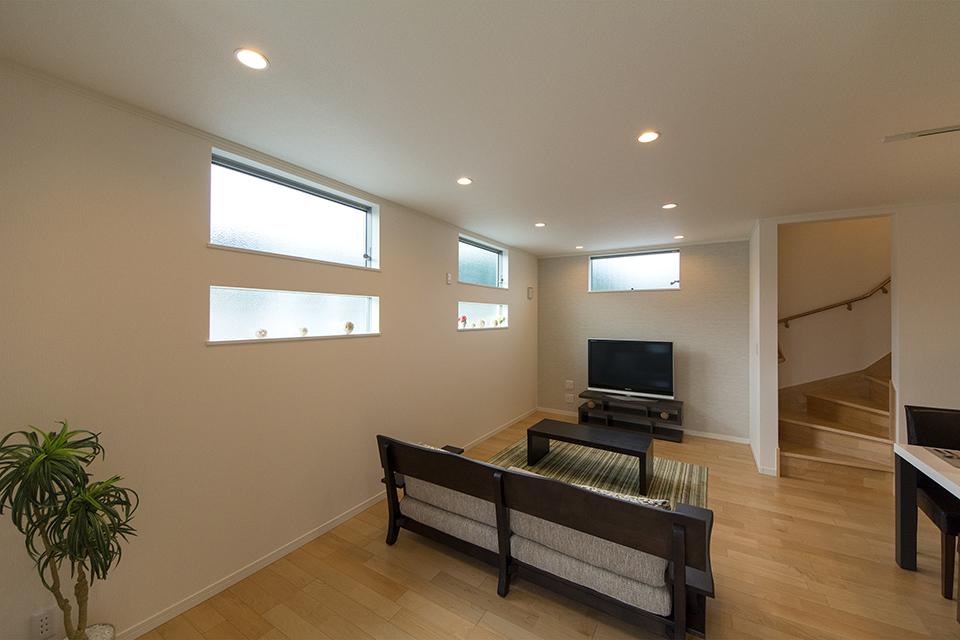 横に長い窓が端正な表情で、スタイリッシュな空間を演出。