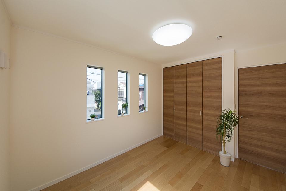 端正な表情を見せる3連の縦長窓。空間にシャープな印象を与えます。