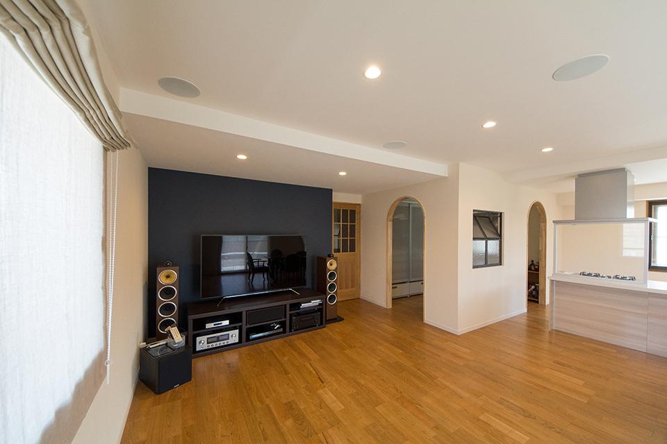 天井をすっきりさせるため、メイン照明はダウンライトを採用しました。