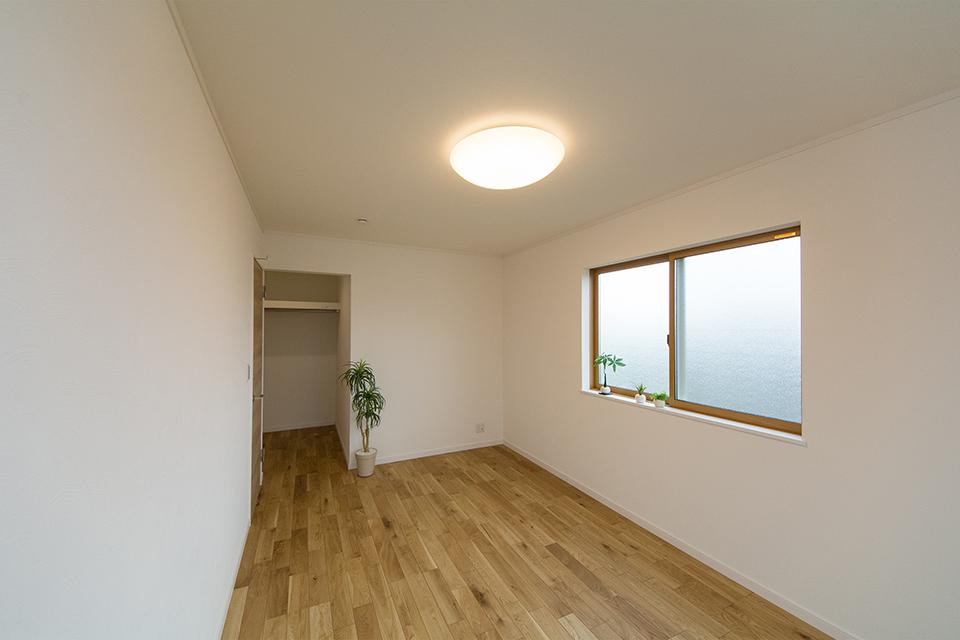 2階洋室。ナラ樫のフローリングがナチュラルな空間を演出。