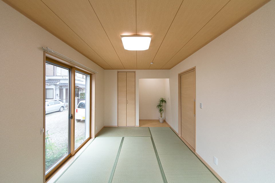 1階和室―畳のさわやかなグリーンが空間を彩る1階和室。