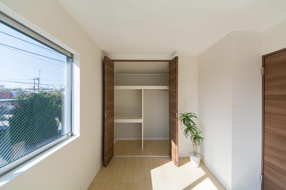 2階洋室クローゼット。