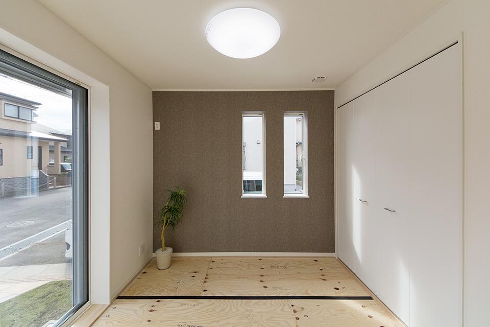ブラウンのアクセントクロスが空間を彩る畳敷き洋室(写真は畳設置前)