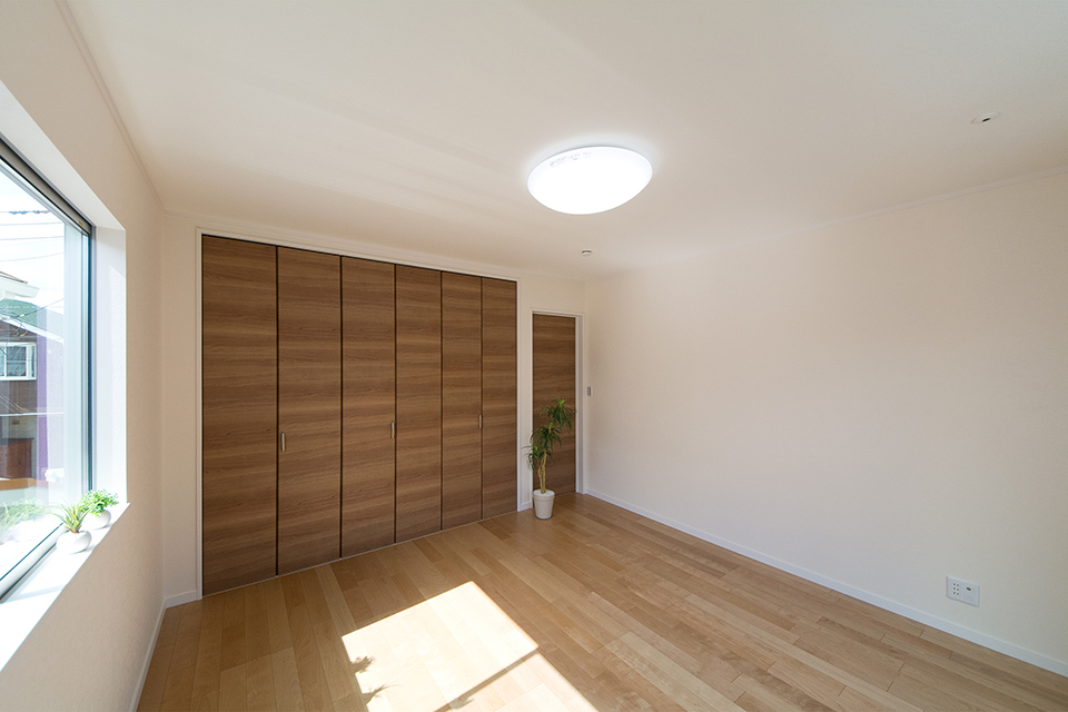 2階洋室。バーチのフローリングとブラウンの建具が、ナチュラルな空間を演出。