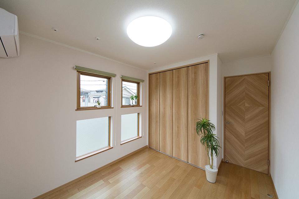 窓から自然のやさしい光が降り注ぎ、明るく開放的な空間に。