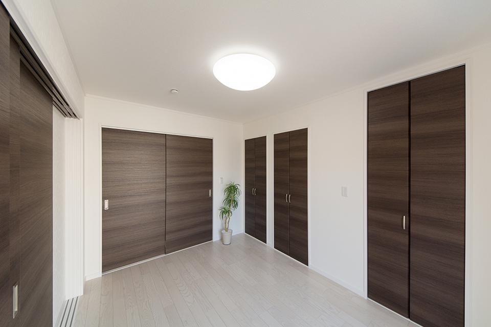 1階洋室―収納豊富で快適な居住空間。クローゼット×2、ウォークインクロゼット。