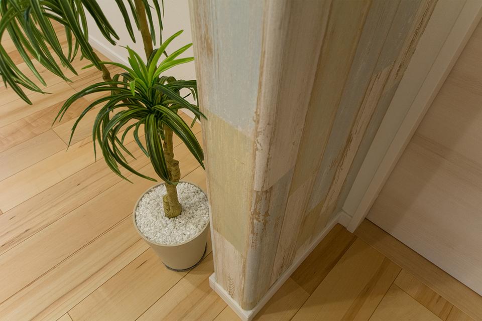 柱の角はブルノーズ仕上げを施し、見た目の柔らかさとともに、小さなお子様にも安心な設計に。