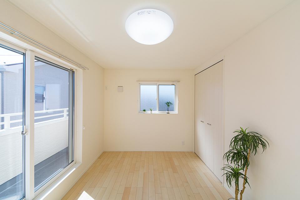 2階洋室。リビング同様ナチュラルな雰囲気に。