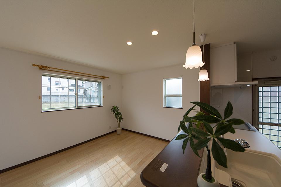 キッチン側からダイニングスペースを撮影。