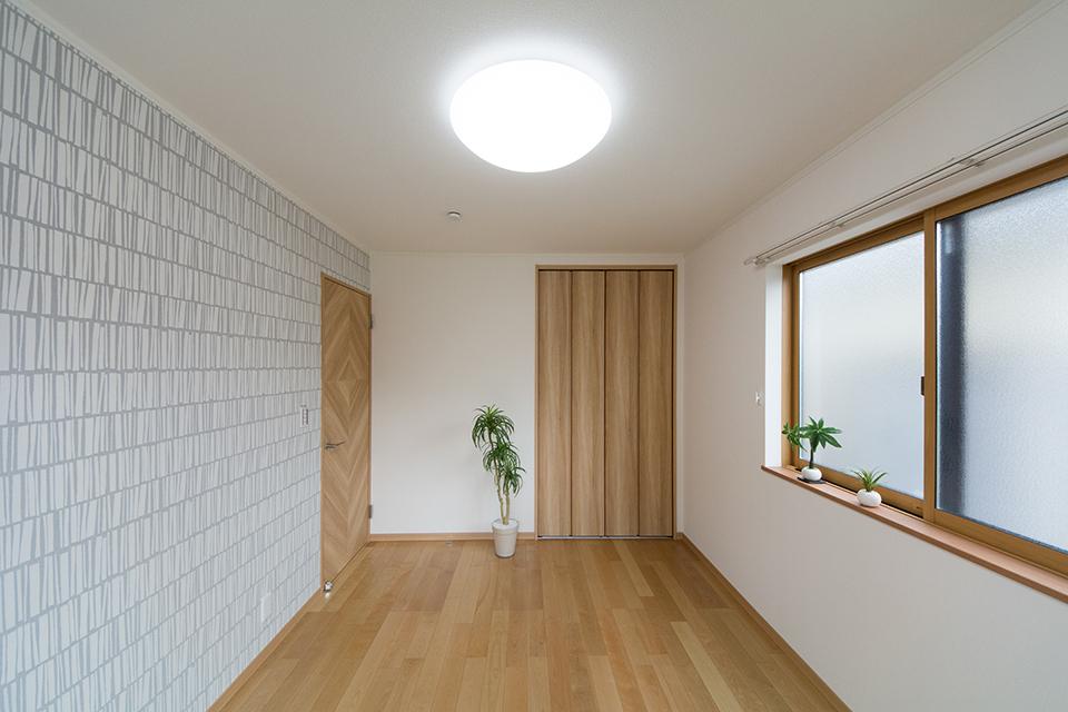 壁一面にあしらったアクセントクロスが、個性的な空間を演出。