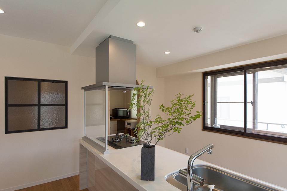 キッチンの背面の窓は断熱対策に内窓を取り付け。