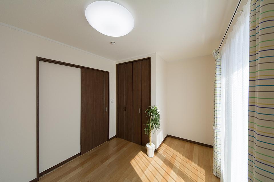 2階洋室。バーチのフローリングとモカ色の建具が、ナチュラルな空間を演出。