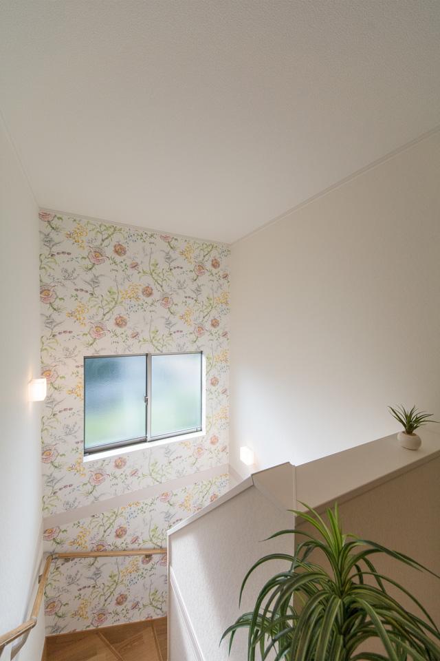 花柄クロスをあしらった、明るく開放感のある階段。