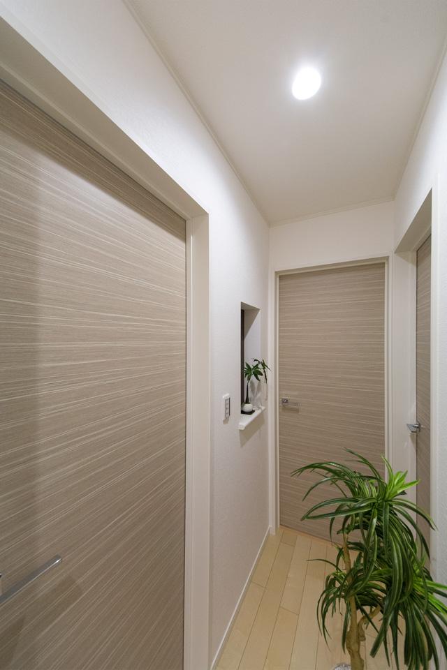 小物などをディスプレイできるニッチカウンターを設置した2階廊下。