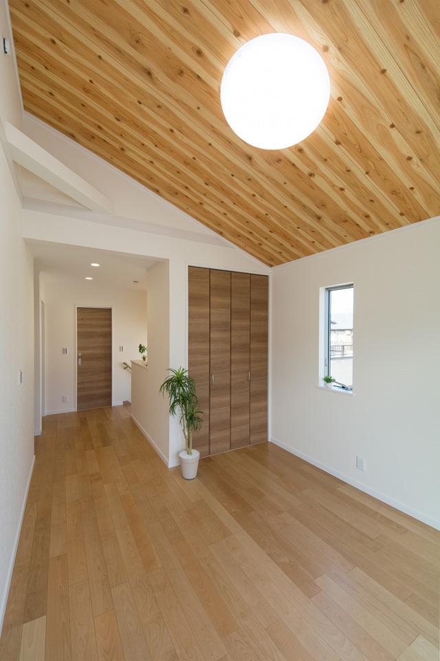勾配天井にあしらったウッディ柄アクセントクロスが、ナチュラルな空間を演出。