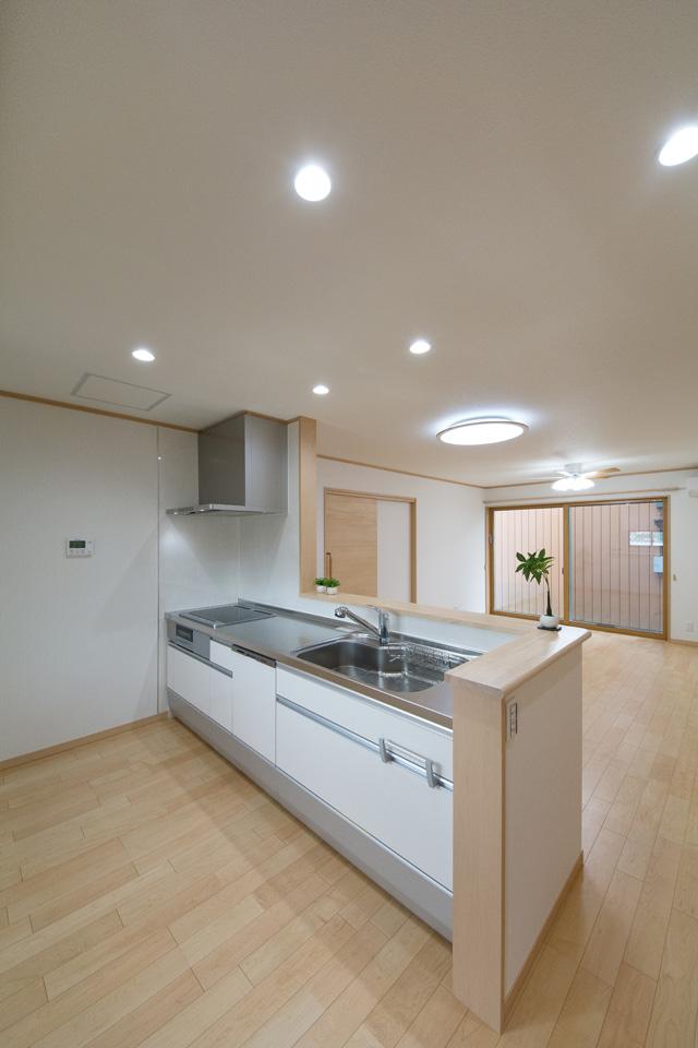 白を基調とした清潔感のある1階キッチンスペース。