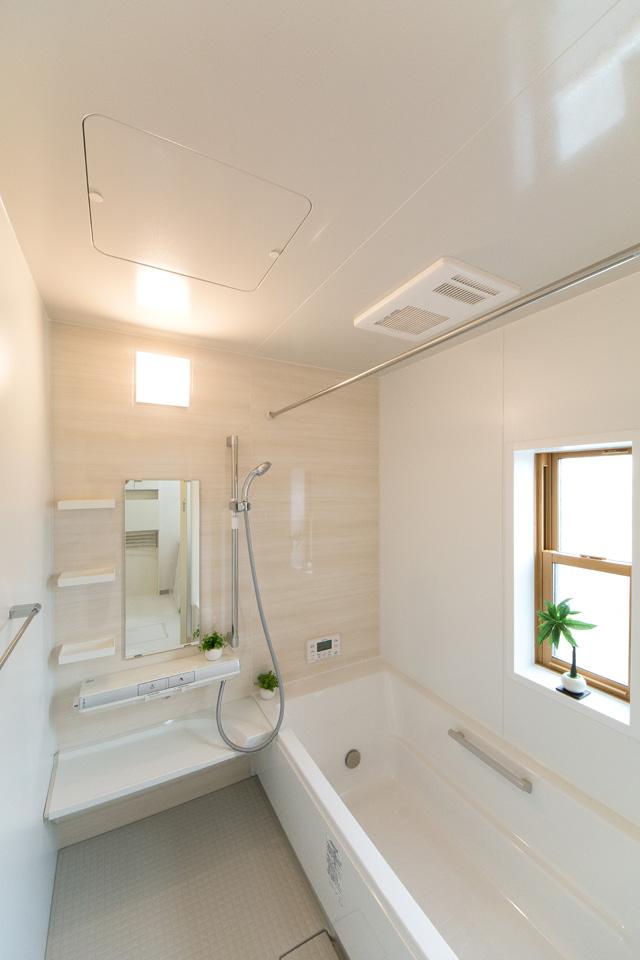 ナチュラルな配色で心地よい穏やかな空間の1階バスルーム。