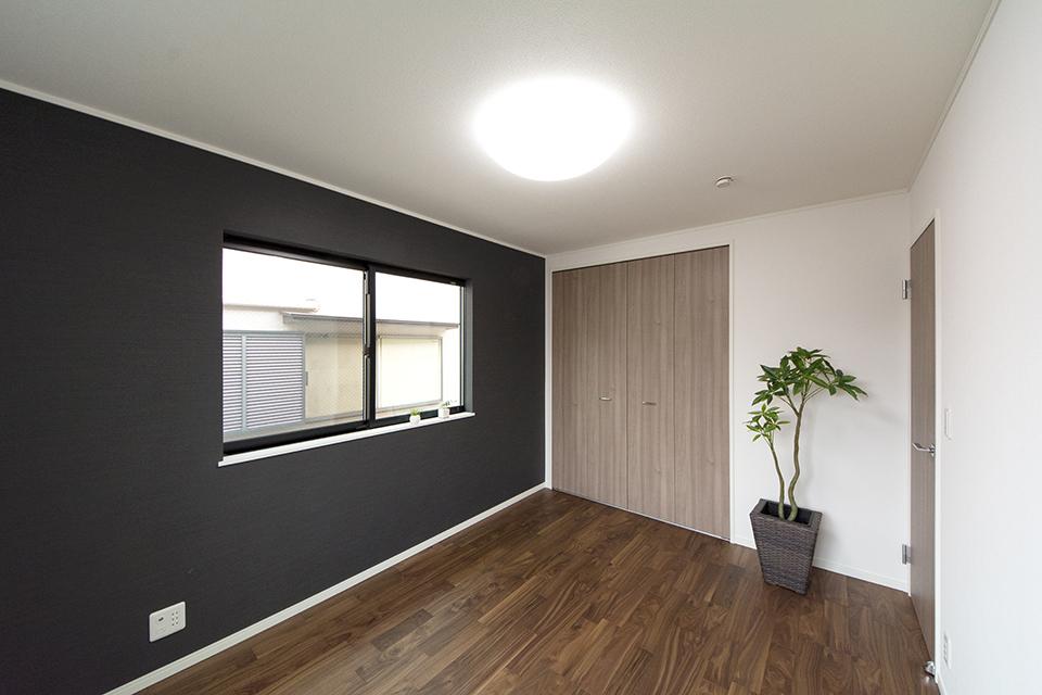 2階洋室―ネイビーのアクセントクロスが印象的です。