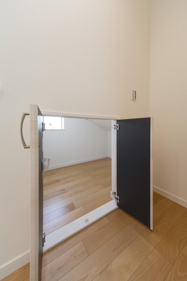 収納に便利な小屋裏収納(スーパーコンテナ)を2階廊下に設置。