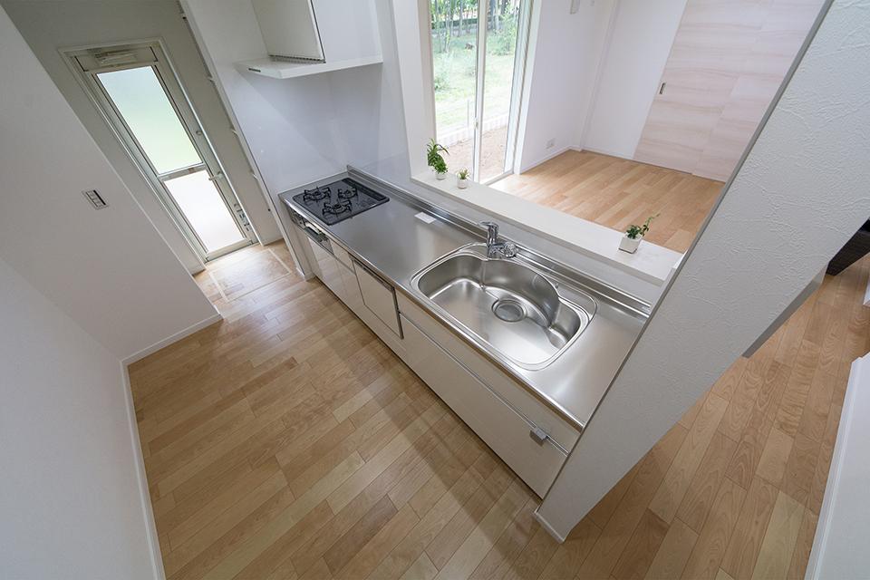 清潔感あるステンレストップのキッチン。