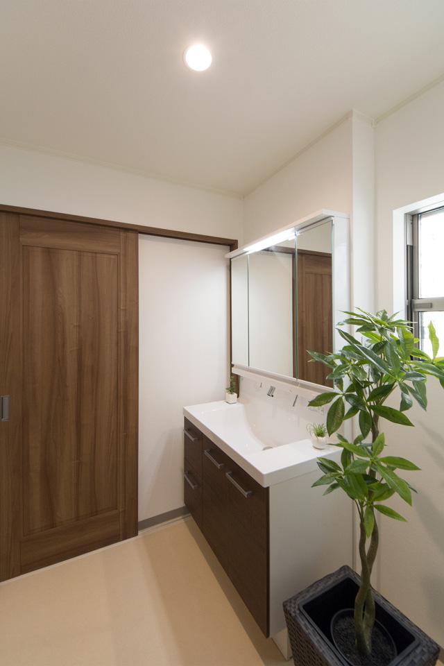 モカ色の洗面化粧台がナチュラルな雰囲気の空間を演出するサニタリールーム。