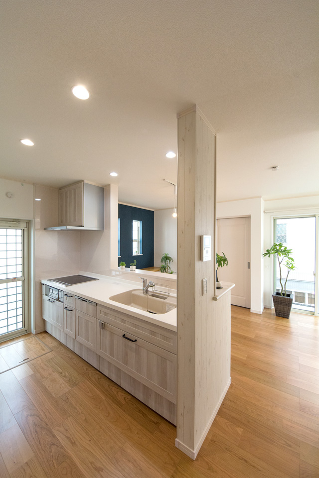 ホワイトオーク調のキッチン扉がナチュラルな空間を演出。
