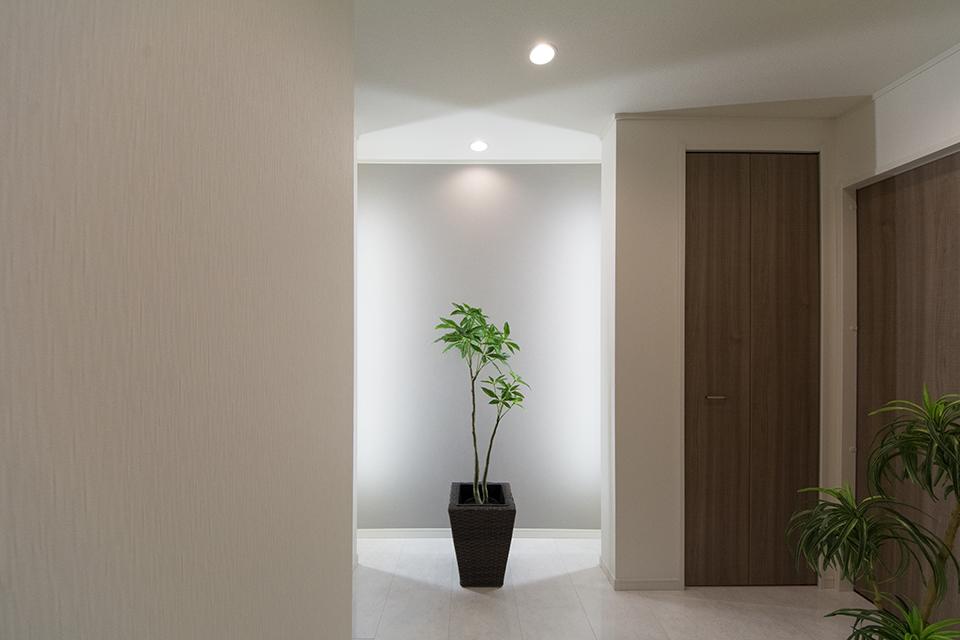 玄関ホール―間接照明の灯りが、気持ちよく出迎え。
