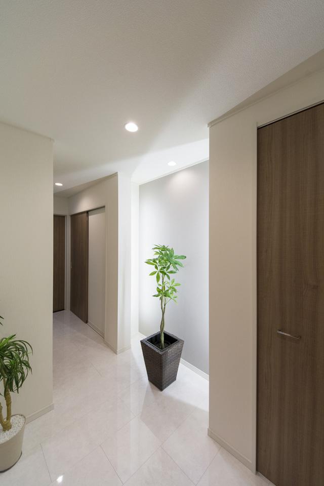 大理石の風合いをリアルに再現した石目柄の化粧床材が、エレガントな空間を演出。
