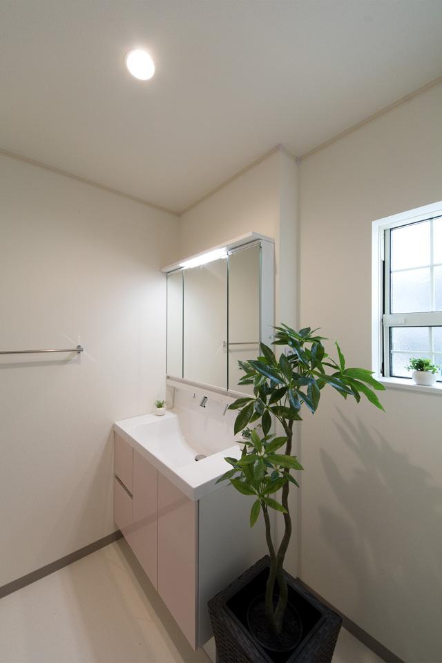 パステルピンクの洗面化粧台が空間を彩ります。