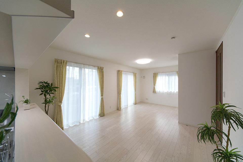 美しく繊細な木目のフローリング(ホワイトアッシュ)が窓から差し込む光を反射し、空間を優しく包み込みます。
