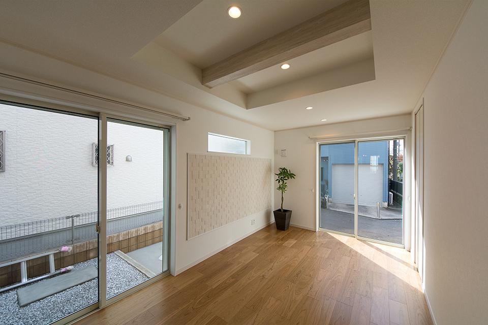 リビングの壁一面にあしらった、空気を美しく整えるインテリア壁材「エコカラット」が空間のアクセントに。