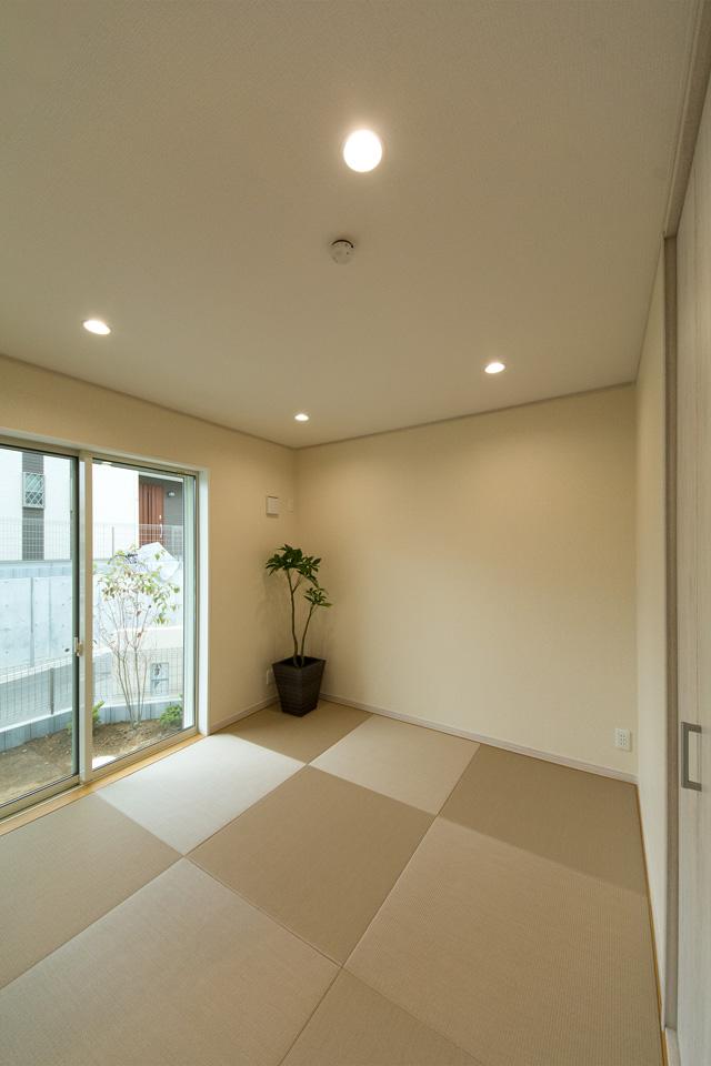 モカベージュ色の畳を市松敷きに。モダンな印象に仕上がった1階畳敷きスペース。