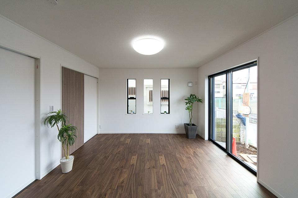 1階洋室A―重厚感ある風合いが印象的なブラックウォルナットのフローリングを採用。
