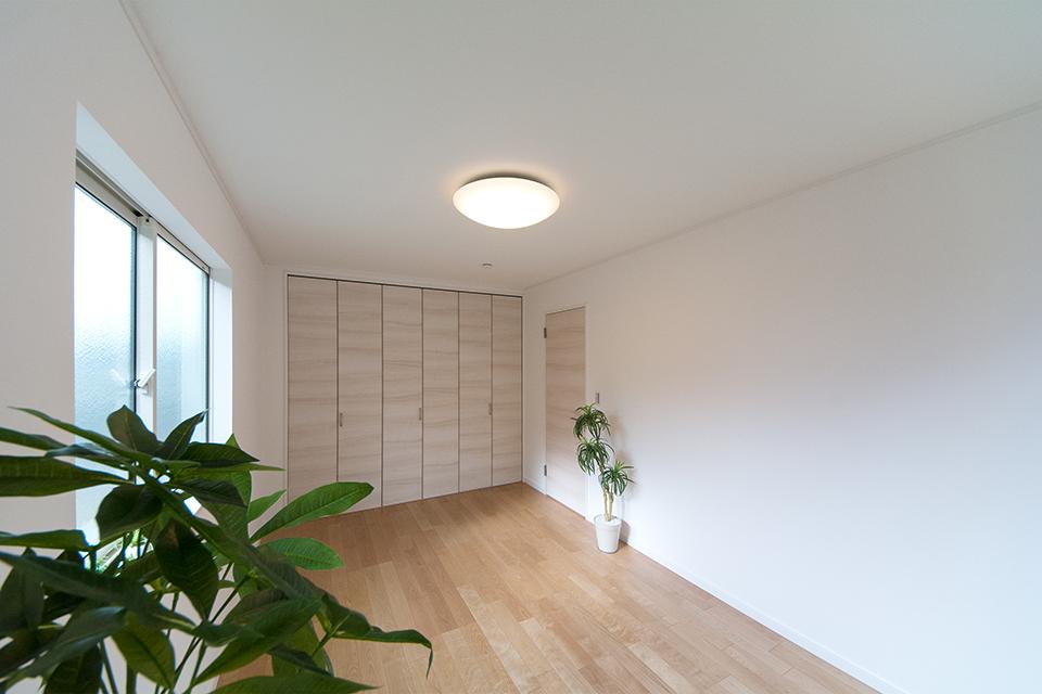 2階洋室。バーチのフローリングとイタリアンウォルナットの建具が、リビング同様ナチュラルな空間を演出。