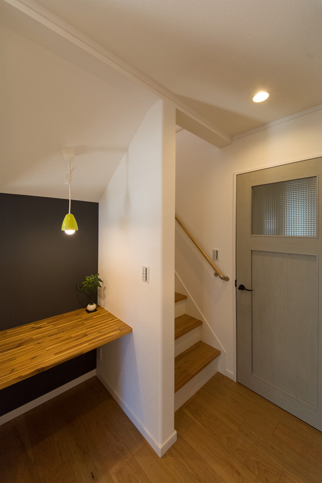 家族の笑顔とコミュニケーションを育むリビング階段を採用。スタディコーナーも設えました。