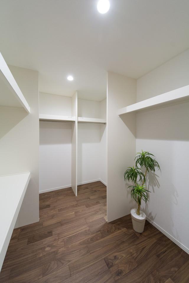1階洋室のウォークインクローゼット内部。