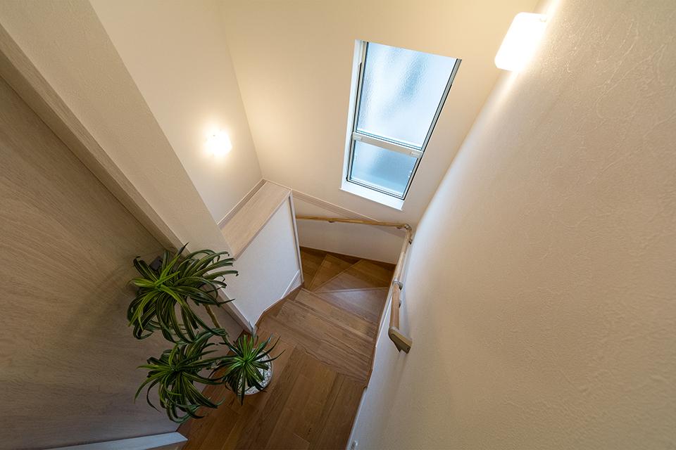 縦長の大きな窓が、明るく開放感のある階段スペースに。