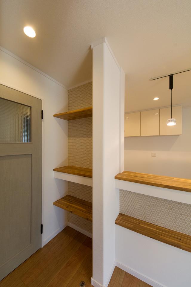 シャビー感のあるグリーンペイント調の居室ドアがナチュラルな雰囲気を演出。
