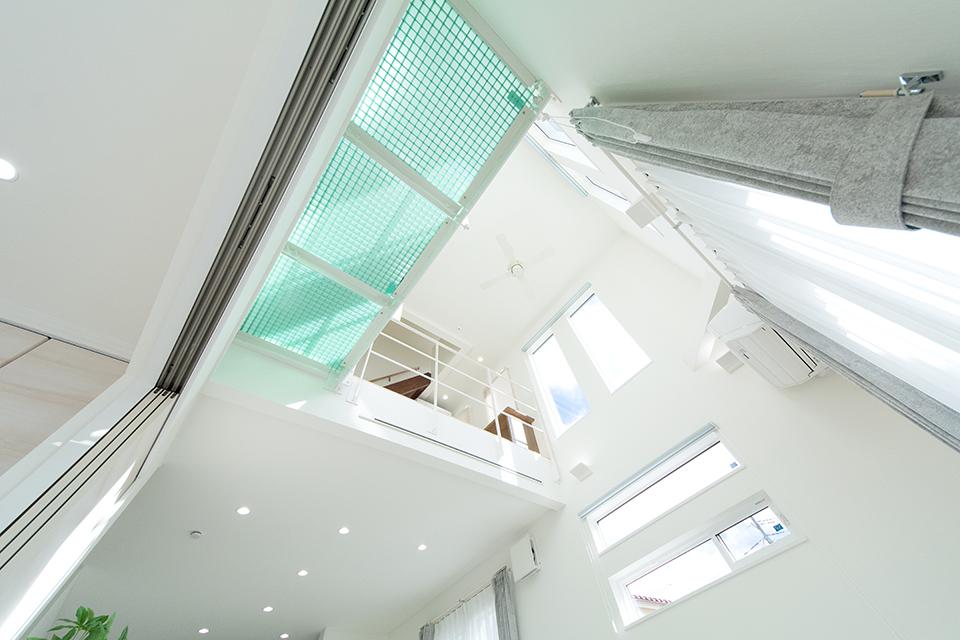 半透明のグレーチングを採用した開放感のある吹き抜け構造。
