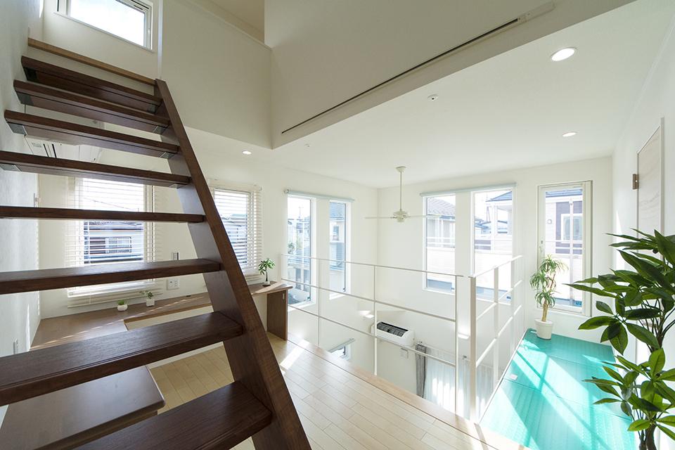 リビングから小屋裏までの一体感を重視した空間設計。