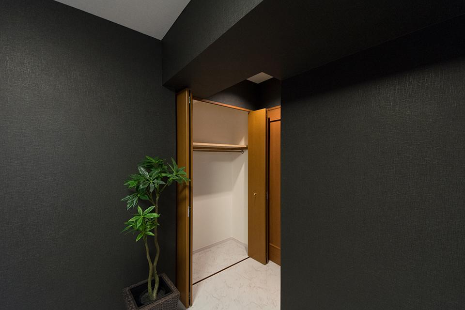 洋室B-黒と白を基調としたスタイリッシュな空間に大変身。