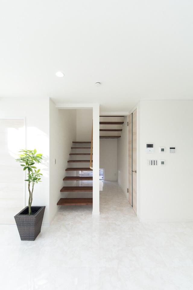 光や風を遮らず、階下と階上を軽やかにつなぎ、快適な空間を演出するオープンスタイルの階段。