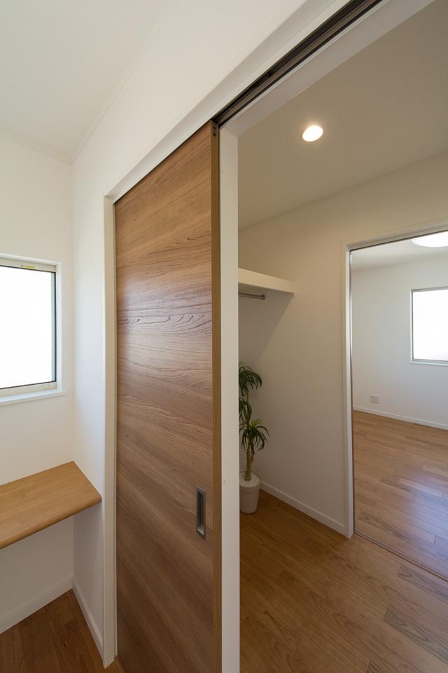 廊下からも室内からも出入り可能なファミリークローク。